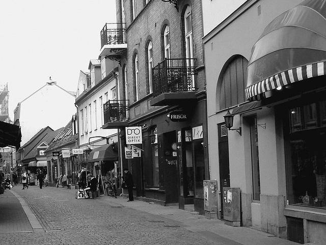 Scène de rue commerciale à la suédoise /  Direkt optik scenery  -   Helsingborg  /  Suède - Sweden.  22 octobre 2008 - N & B