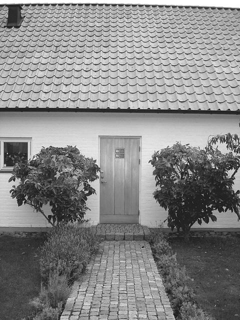 La maison à la porte bleue - Blue door house -  Båstad /  Suède - Sweden.  21-10-08-  En noir et blanc