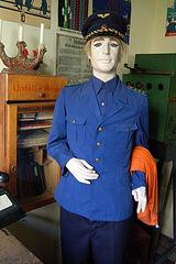 Belulo en falsa uniformo