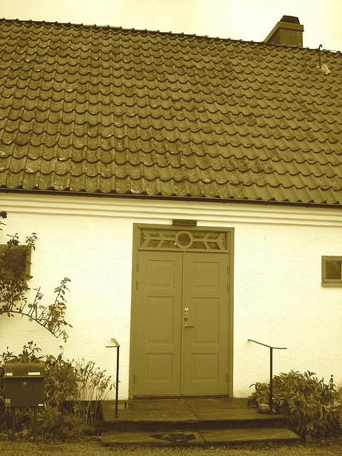 La porte bleu du Viking à la barbe bleue....Blue door house -  Båstad.  Suède - Sweden.  21-10-08.  Sepia
