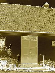 La porte bleu du Viking à la barbe bleue....Blue door house -  Båstad.  Suède - Sweden.  21-10-08- Négatif postérisé et sepiatisé