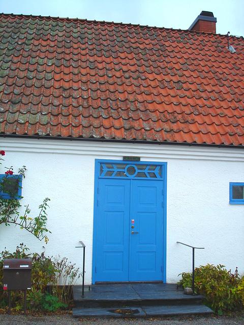 La porte bleue du Viking à la barbe bleue....Blue door house -  Båstad.  Suède - Sweden.  21 octobre 2008