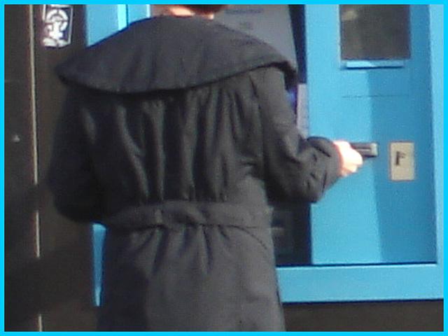 Belle rouquine au guichet automatique bleu / Sweet redhead Lady at the blue ATM  -  Ängelholm /  Sweden - Suède.  23 octobre 2008  - Bleu anonyme - Anonymous blue.