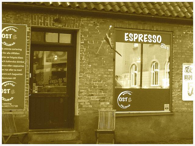 Espresso window area - Zone de la fenêtre expressive -  Båstad  /  Suède - Sweden.   25 octobre 2008 - Sepia et cadre blanc