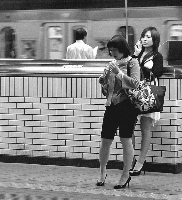 Annick pEgOrarO /  Pour Léo - Talons en gare de Tōkyō  /  High-heeled Ladies at the Tokyo train station -  Avec permission  / With permission- B & W - N & B