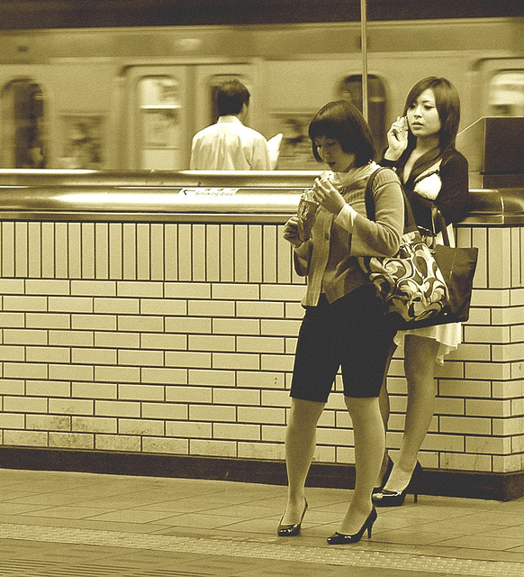 Annick pEgOrarO /  Pour Léo - Talons en gare de Tôkyô /  High-heeled Ladies at the Tokyo train station / Sepia