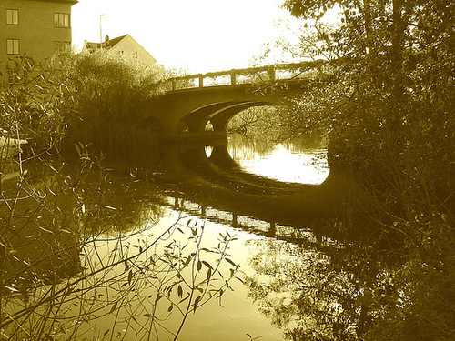 Bridge over the river / Pont et rivière - Ängelholm .  Suède / Sweden.   23 octobre 2008 - Sepia
