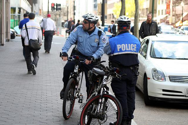 01.BikeCops.MPDC.LStreet.NW.WDC.9April2009