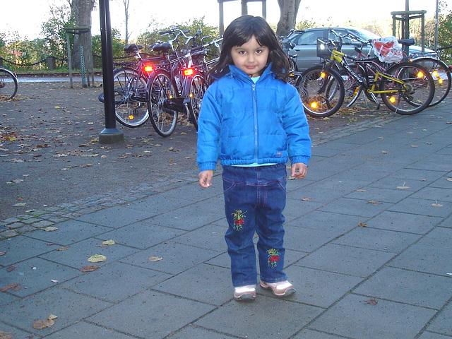 Petite Princesse en bleu / Secutitas bevakning  pretty little girl in blue -  Gare de Båstad train station  /  Suède - Sweden.  23-10-2008  - With her Mom's permission / Avec la permission de sa Maman