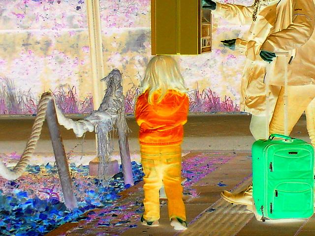 Petite Princesse en bleu / Secutitas bevakning  pretty little girl in blue -  Gare de Båstad train station  /  Suède - Sweden.  23-10-2008 - Négatif avec couleurs ravivées.