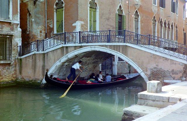 Venedig, Gondel unter Brücke
