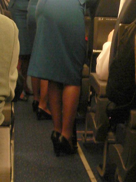 KLM flight attendants in high heels / Hôtesses de l'air  de KLM en talons hauts - Correction gamma +.
