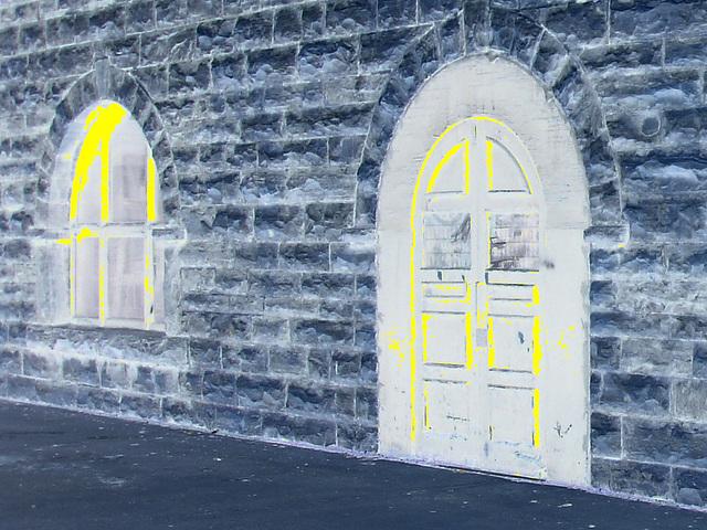 5 avril 2009 - Façade datant de 1900 toujours fièrement debout et bien entretenue /  1900  well-kept façade -  Dans ma ville / Hometown.   - Négatif et touche de jaune en prime
