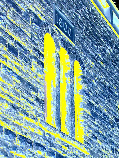 5 avril 2009 - Façade datant de 1900 toujours fièrement debout et bien entretenue /  1900  well-kept façade -  Dans ma ville / Hometown.   -  Négatif en jaune & bleu