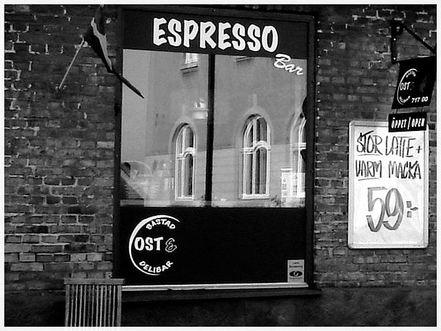 Espresso window area - Zone de la fenêtre expressive -  Båstad  /  Suède - Sweden.   25 octobre 2008 -  N & B