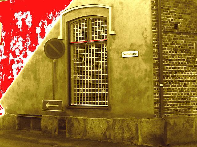 Espresso window area - Zone de la fenêtre expressive -  Båstad  /  Suède - Sweden.   25 octobre 2008 -  Mur de sang sépiatisé /   Stain of blood on the wall