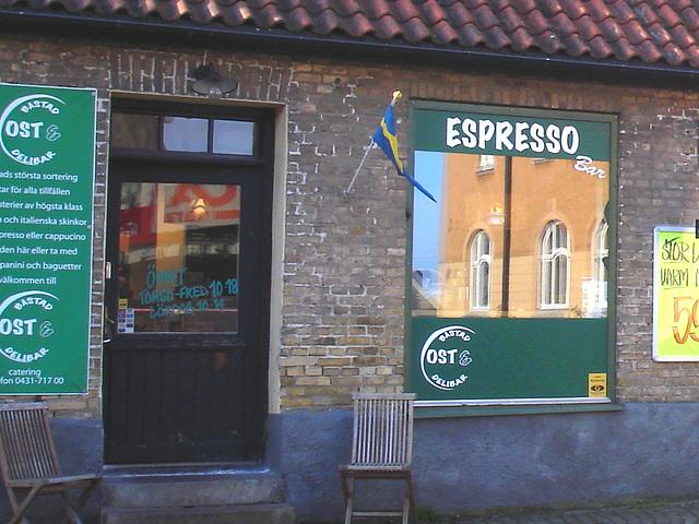 Espresso window area - Zone de la fenêtre expressive -  Båstad  /  Suède - Sweden.   25 octobre 2008-  Espresso réflectif