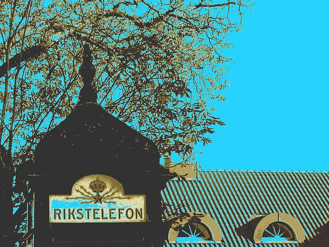 Cabine téléphonique /  Rikxtelefon booth.  Båstad.  Suède / Sweden.   Octobre 2008 - Postérisation sepiatisée + ciel bleu photofiltré