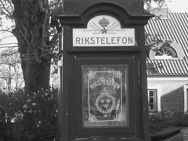 Cabine téléphonique /  Rikxtelefon booth.  Båstad.  Suède / Sweden.   Octobre 2008 -  N & B
