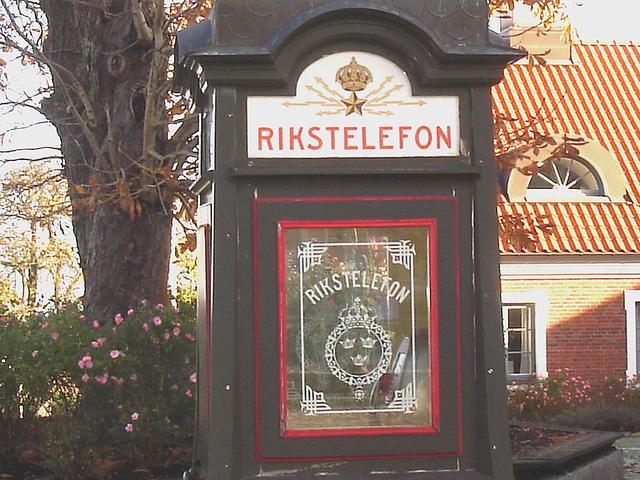 Cabine téléphonique /  Rikxtelefon booth.  Båstad.  Suède / Sweden.   Octobre 2008