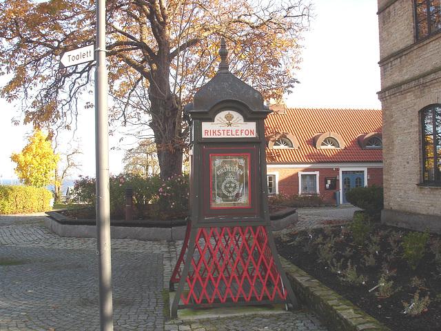 Toilette et téléphone /  Rikxtelefon booth and toilet sign .  Båstad.  Suède / Sweden.   Octobre 2008