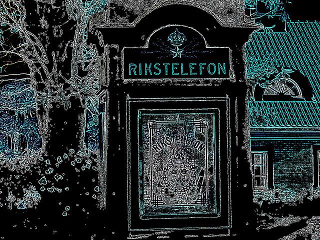 Cabine téléphonique /  Rikxtelefon booth.  Båstad.  Suède / Sweden.   Octobre 2008- Contours couleurs en négatif