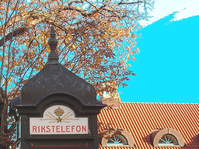 Cabine téléphonique /  Rikxtelefon booth.  Båstad.  Suède / Sweden.   Octobre 2008 -  Ciel bleu photofiltré