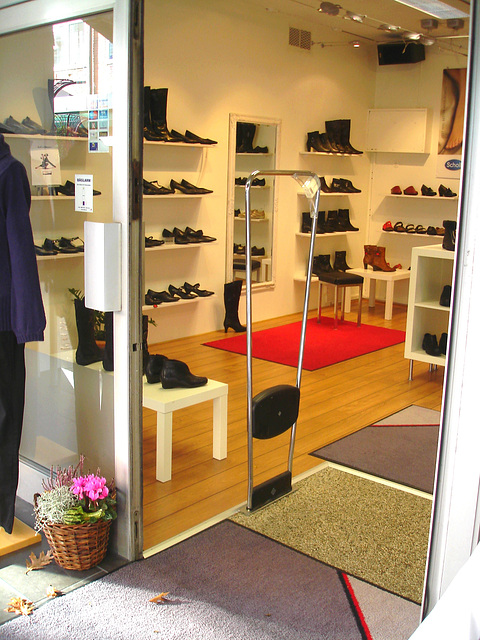 Lèche-vitrines podoérotique / Bagalarm welcoming sexy footwears store -  Ängelholm  /  Suède - Sweden.  23 octobre 2008.
