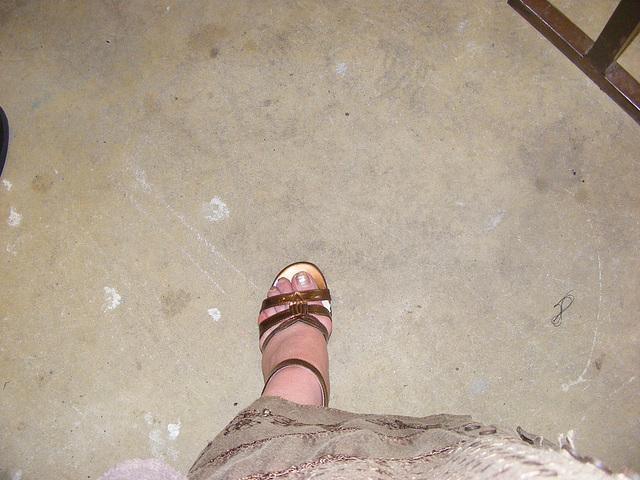 Mon Amie Christiane avec permission  - Pied doré devant !  /   Sexy golden foot !