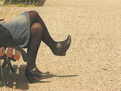 Marie : photographe  /  Endroit : Aux alentours de Bordeaux -  Croisé de jambes en jupe de denim et chaussures sexy