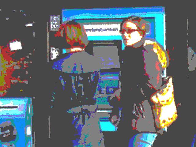 Deux  Suédoises au guichet automatique /  2 swedish ladies at the ATM -  Ängelholm - Suède /  Sweden.  23 octobre 2008 -  Peinture à l'huile postérisée