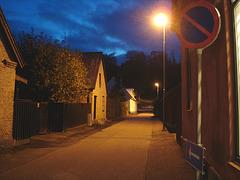 Rue sombre & lampadaire /  Street lamp and narrow street in the dark  - Båstad / Suède - Sweden.  23-10- 2008
