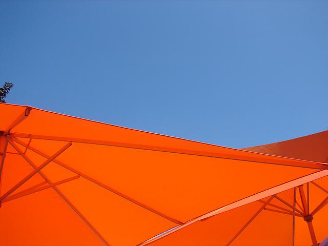 Sous les parasols.