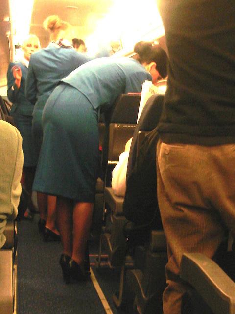 KLM flight attendants in high heels / Hôtesses de l'air  de KLM en talons hauts - Version éclaircie.