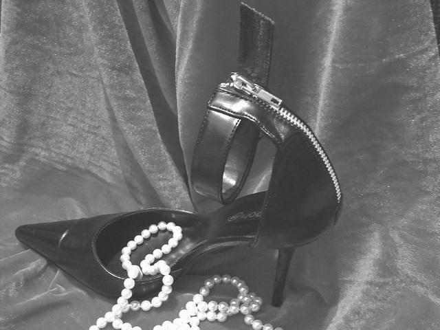 Une fille...........Collier et talons hauts !  N & B /  Noir et blanc