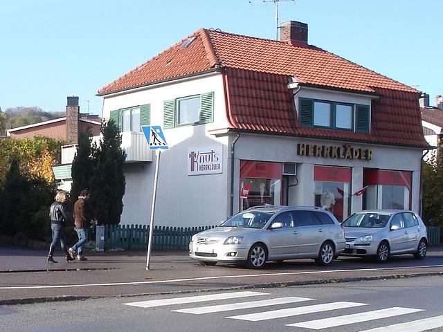 Herrkläder building -  Båstad  /  Suède - Sweden.  25 octobre 2008  - Avec une blonde en bottes à talons hauts - With a blond Lady in high-heeled