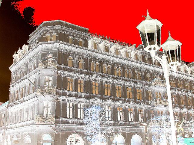 Lampadaires et architecture majestueuse  / Street lamps & towering architecture  -  Helsingborg   /  Suède - Sweden.  22 octobre 2008- Oil painting and negative effect / Peinture à l'huile en négatif