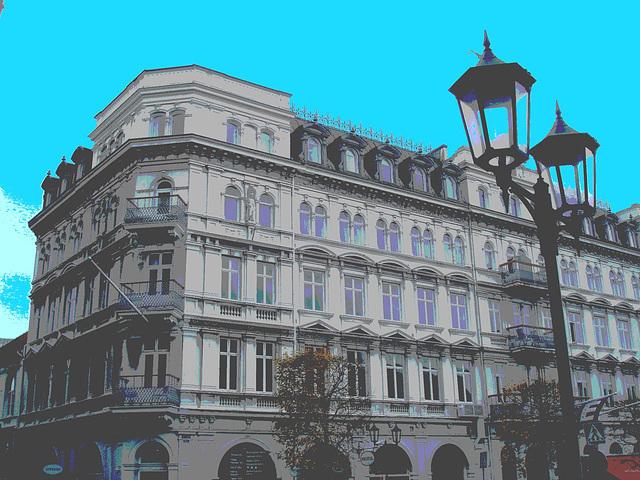 Lampadaires et architecture majestueuse  / Street lamps & towering architecture - Postérisée avec ciel bleu