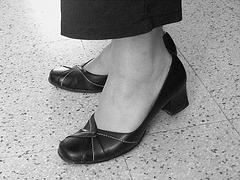Christiane / Nouvelles chaussures - New shoes /  Avec permission - 29 avril 2009 -  N & B