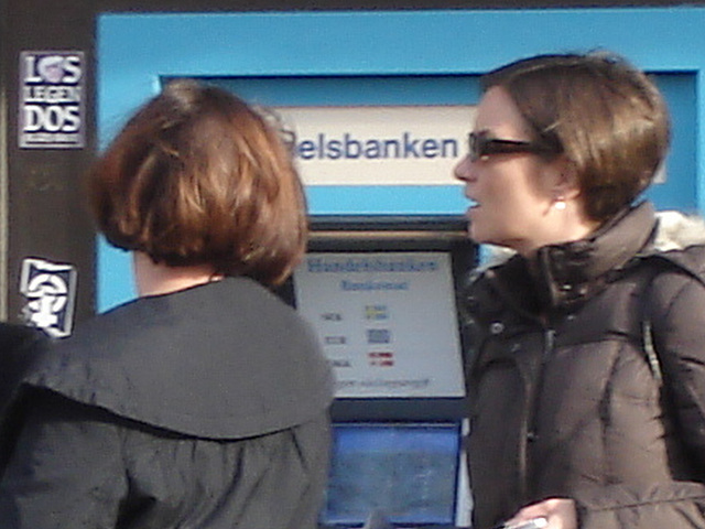 Petit toutou, belle rouquine et fille sexy en bottes et jeans avec lunettes de soleil - Bankomat Swedish readhead Lady at the ATM with a sexy booted Lady in jeans with sunglasses /    Ängelholm -  Suè