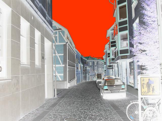 Charmante ruelle étroite et calme /  Varubelaning narrow street eyesight  -  Helsingborg  / Suède - Sweden.  22 octobre 2008-  Négatif et ciel  rouge