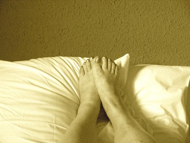 Mon amie Christiane - Pieds sexy sur oreillers / Sexy feet on pillow - Sepia