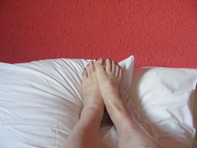 Mon amie Christiane - Pieds sexy sur oreillers / Sexy feet on pillows.