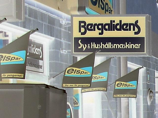 Façade publicitaire ostentatoire / Elspar bergalidens advertising façade  -  Helsingborg  /  Suède - Sweden.  22 octobre 2008 - Effet de négatif