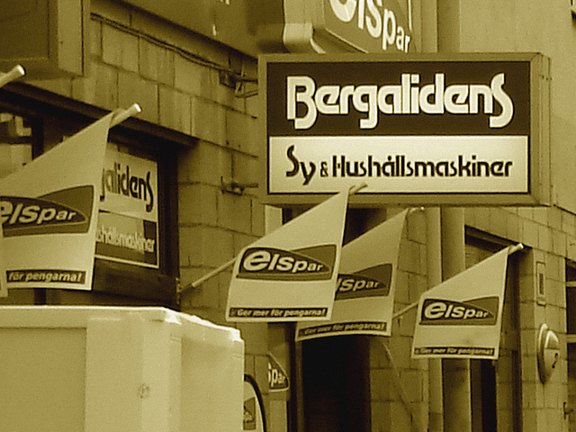 Façade publicitaire ostentatoire / Elspar bergalidens advertising façade  -  Helsingborg  /  Suède - Sweden.  22 octobre 2008 - Sepia