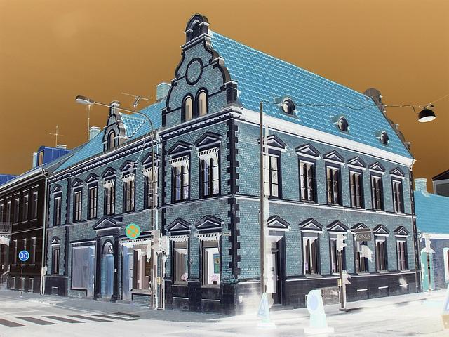 Architecture typiquement suédoise / Fonus typical Swedish building - Ängelholm / Suède - Sweden.  23 octobre 2008- Effet de négatif - Negative effect.