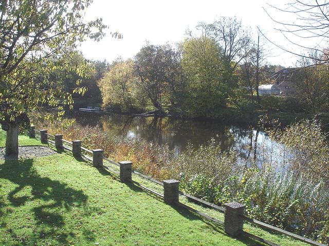 Charmante petite clôture sur la rivière /  Little fence by the river - Ängelholm / Suède - Sweden.  23 octobre 2008