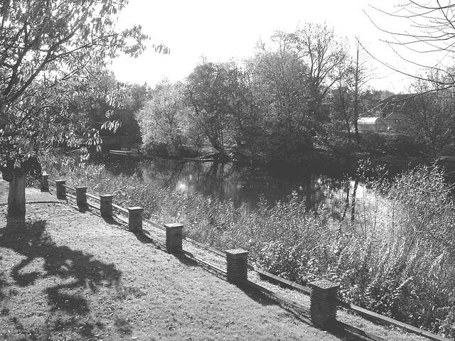 Charmante petite clôture sur la rivière /  Little fence by the river - Ängelholm / Suède - Sweden.  23 octobre 2008-  Noir et blanc