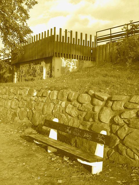 Le banc à graffitis - The graffitis bench  /  Ängelholm - Suède / Sweden - 23 octobre 2008- Sepia