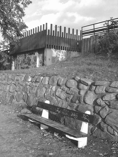 Le banc à graffitis - The graffitis bench  /  Ängelholm - Suède / Sweden - 23 octobre 2008- N & B